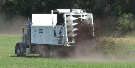 dry manure spreader with vertical beaters
